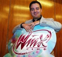 Иджинио Страффи с логотипом Винкс