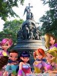 Феи Винкс возле Памятника «Тысячелетие России» в Великом Новгороде. (автор: Лилия)